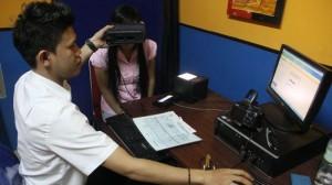 Petugas melakukan foto warga untuk proses pembuatan KTP Elektronik (Foto: IST)