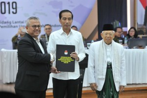 Chairman of the General Election Commission (KPU) Arief Budiman hands over the Decree of the General Election Commission on the Official Announcement of the Elected Presidential and Vice-Presidential Candidates in the 2019 General Election to the elected candidates Joko Widodo and Ma'ruf Amin at the KPU Office, Jakarta, Sunday (30/6). Photo by: Jay/PR.
