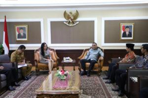 Bupati Solok Selatan Musni Zakaria didampingi anggota Komisi VIII DPR Rieke Diah Pitaloka diterima Menteri PANRB Syafruddin, di Jakarta, Senin (5/8) pagi. (Foto: Humas Kementerian PANRB)