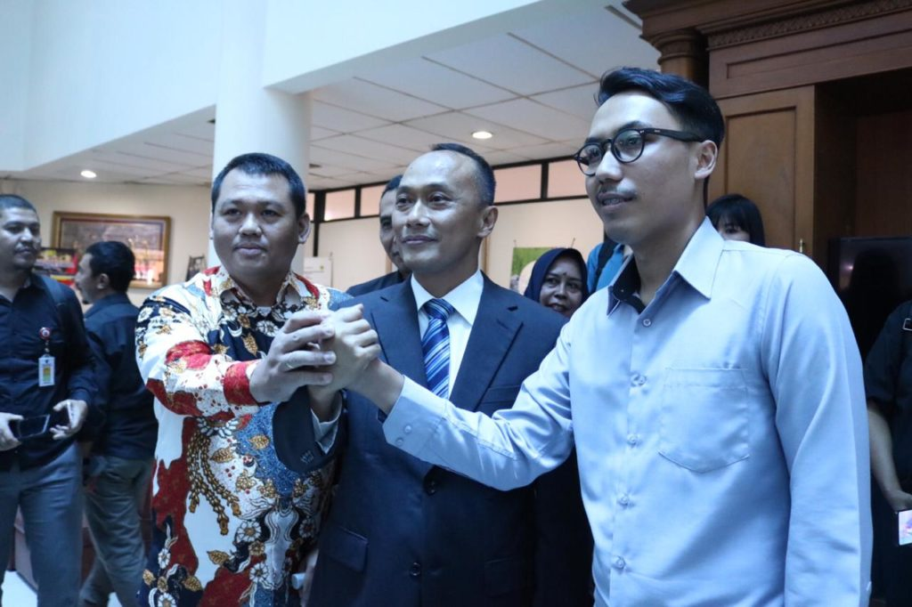 Hendra Hendrawan meets with Director General of Population and Civil Registration of Ministry of Home Affairs Zudan Arif Fakrulloh at the LAN Leadership Training Center, Pejompongan, Central Jakarta, Thursday (1/8). (Photo by: PR of Ministry of Home Affairs)