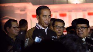 Presiden Jokowi didampingi Mensesneg, Seskab, dan KSP menjawab wartawan saat menyaksikan Pagelaran Wayang Kulit 74th Indonesia Merdeka, di Halaman Istana Merdeka, Jakarta, Jumat (2/8) malam. (Foto: OJI/Humas)