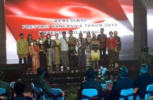 Sebagian tokoh yang memperoleh apresiasi sebagai Ikon Pancasila 2017 yang diserahkan dalam Konser Kebangsaan BPIP, di De Tjolomadoe, Kabupaten Karanganyar, Jawa Tengah, Senin (19/8) malam. (Foto: Edi N/Humas)