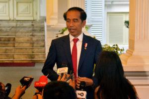 Presiden Jokowi menyampaikan pernyataan pers terkait kerusuhan di Papua, di Beranda Istana Merdeka, Jakarta, Senin (19/8) petang. (Foto: AGUNG/Humas)