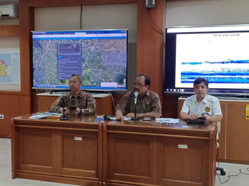 Head of the Volcanology and Geological Hazard Mitigation Center (PVMBG) of Ministry of Energy and Mineral Resources Kasbani at a press conference on Mount Tangkuban Parahu situation in Jakata, Friday (2/8). (Photo by: Ministry of Energy and Mineral Resources PR).