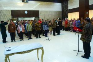 Seskab Pramono Anung melantik Pejabat Administrator dan Pengawas di linkungan Setkab, di aula Gedung III Kemensetneg, Jakarta, Selasa (20/8) pagi. (Foto: Rahmat/Humas)