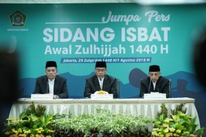 Dirjen Bimas Islam Kemenag Muhammadiyah Amin mengumumkan hasil Sidang Isbat penetapan 1 Zulhijjah 1440H, di Kantor Kementerian Agama Jln. MH Thamrin, Jakarta, Kamis (1/8) malam. (Foto: Humas Kemenag)