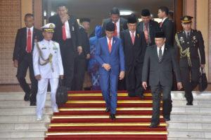 Presiden Jokowi didampingi Wakil Presiden Jusuf Kalla meninggalkan Gedung Nusantara MPR/DPR/DPD RI, Jakarta, usai menyampaikan RAPBN 2020 Beserta Nota Keuangannya, Jumat (16/8) siang. (Foto: Deny S/Humas)