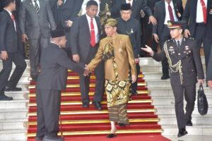 Presiden Jokowi meninggalkan Gedung Nusantara MPR/DPR/DPD RI, di Senayan, Jakarta, Jumat (16/8) siang, usai menyampaikan pidato kenegaraan. (Foto: Deny S/Humas)