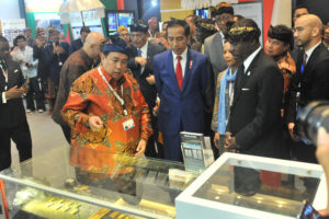 Presiden Jokowi meninjau stand pada Indonesia-Africa Infrastructure Dialogue 2019, di Bali Nusa Dua Convention Center, Kabupaten Badung, Bali, Senin (20/19) sore. (Foto: JAY/Humas)
