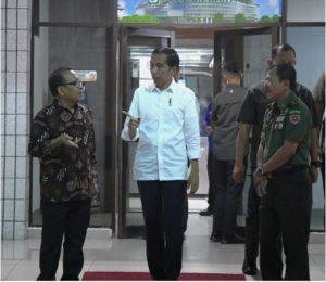 Presiden Jokowi didampingi Mensesneg menjenguk Presiden ke-3 RI, B.J. Habibie, yang sedang dirawat di RSPAD Gatot Subroto, Jakarta, Senin (9/9) petang. (Foto: BPMI)