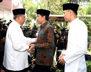 President Jokowi on Saturday (31/8) visited the former President Susilo Bambang Yudhoyono (SBY) to mourn the passing of SBY's mother. Photo by: BPMI.