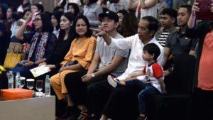 Presiden Jokowi didampingi Ibu Negara Iriana menyaksikan cucunya Jan Ethes tampil dalam pentas musik di di Ballroom Solo Paragon Hotel, Kota Surakarta, Provinsi Jawa Tengah, Minggu (8/9) pagi.  (Foto: BPMI)