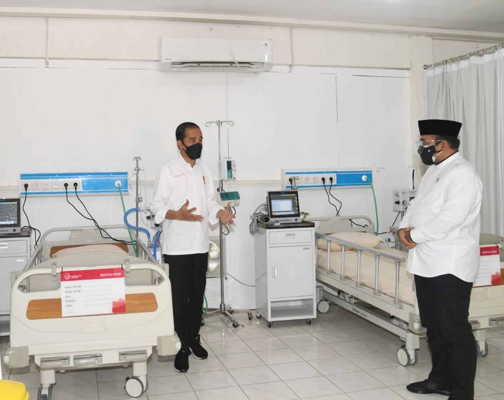 Presiden Jokowi dan Menag Yaqut Cholil Qoumas di Rumah Sakit Asrama Haji